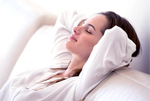 zrelaksowana kobieta oddycha na kanapie