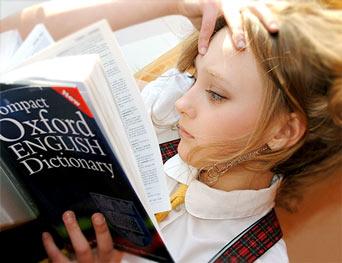 uczenie się - dziewczynka czyta słownik angielskiego