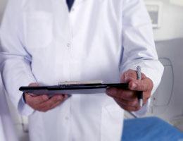 tablet w rękach lakarza