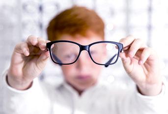 okulary w rękach dziecka