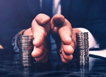 męskie dłonie rozsuwają pieniądze
