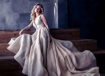 kobieta blondynka w długiej jasnej sukni