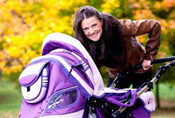 kobieta z fioletowym wózkiem